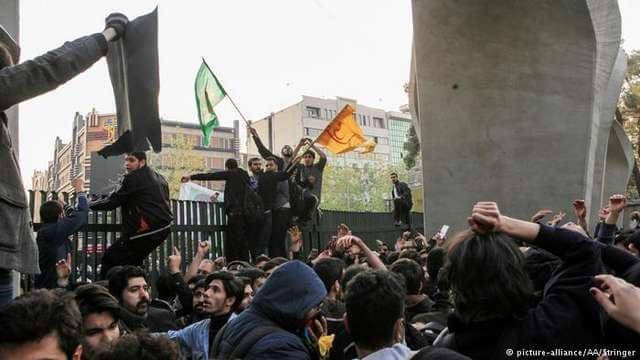 تصویری از تجمع دانشجویان و اعضای پایگاه های بسیج در دانشگاه تهران علیه دولت حسن روحانی