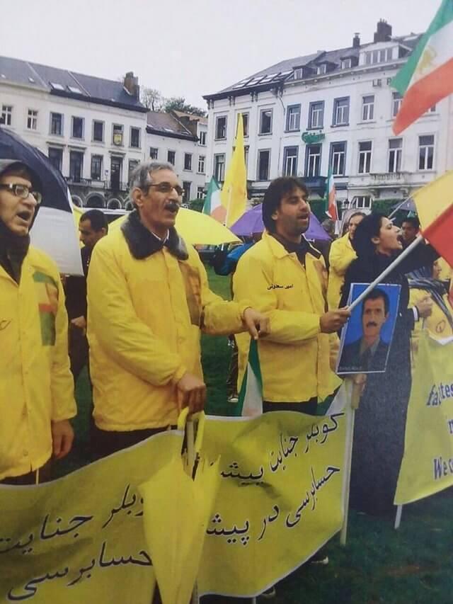 امیر سعدونی به همراه دیگر اعضای مجاهدین در تظاهرات علیه رژیم ایران